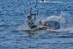 Мужское kiteboarder едет на доске на большом реке стоковые фотографии rf