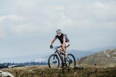 Мужское mountainbiker велосипедиста на спорт велосипед в горах Стоковое Изображение
