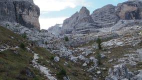 Мужской альпинист, горы доломитов в Италии акции видеоматериалы