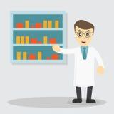 Мужской аптекарь в фармации напротив полок с медицинами Стоковые Фотографии RF
