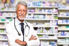 мужской аптекарь на фармации Стоковые Фото