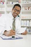 Мужской аптекарь работая в фармации Стоковая Фотография RF