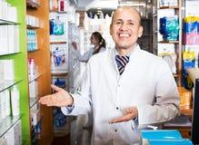 Мужской аптекарь работая в farmacy Стоковые Фото