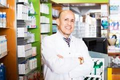 Мужской аптекарь работая в farmacy Стоковое фото RF