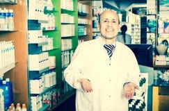 Мужской аптекарь работая в farmacy Стоковые Изображения