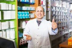 Мужской аптекарь работая в farmacy Стоковые Изображения RF