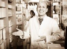 Мужской аптекарь работая в farmacy Стоковая Фотография