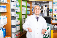 Мужской аптекарь работая в farmacy Стоковое Изображение