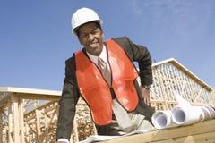 Мужской архитектор стоя перед рамками с светокопией Стоковое Фото