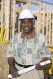 Мужской архитектор с светокопией на строительной площадке Стоковое Изображение RF