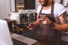 Мужской бармен имея перерыв на чашку кофе стоковое фото rf