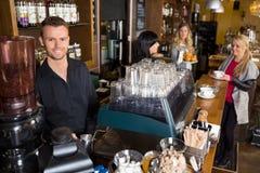 Мужской бармен при коллега работая внутри стоковая фотография rf