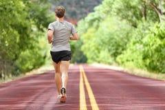 Мужской бегун бежать на тренировке дороги для фитнеса стоковое изображение rf