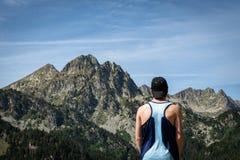 Мужской бегун горы стоковое изображение rf