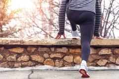 Мужской бегун грея в парке зимы Стоковые Фотографии RF
