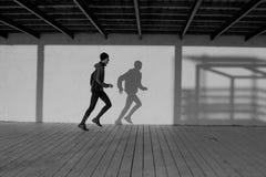 Мужской бегун на утре стоковые фотографии rf