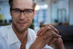 Мужской бизнесмен усмехаясь на камере Стоковая Фотография RF