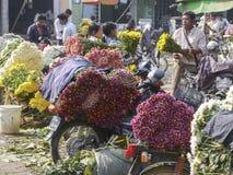 Мужской бирманский продавец цветка на рынке цветка Мандалая, Бирме Стоковое Изображение RF