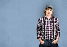 Мужской битник с руками в карманн над голубой предпосылкой Стоковые Фото