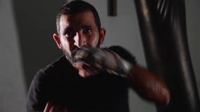 Мужской бородатый боксер работая бокс тени сток-видео