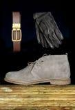 Мужской ботинок с ремнем и перчатками Стоковые Фото