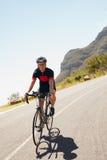 Мужской велосипедист ехать вниз с проселочной дороги Стоковое Изображение