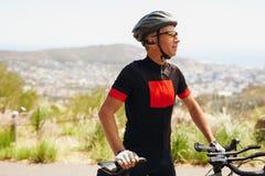 Мужской велосипедист на сельской местности стоковое изображение