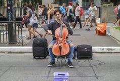 Мужской виолончелист выполняя классический концерт в улице на бульваре Paulista стоковые изображения rf