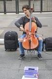 Мужской виолончелист выполняя классический концерт в улице на бульваре Paulista стоковая фотография rf