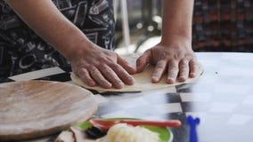 Мужской вождь подготавливая тесто для пиццы медленно акции видеоматериалы