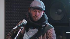 Мужской вокалист играя рок-музыку на электрической гитаре видеоматериал