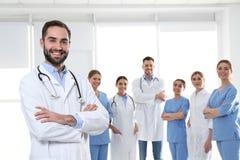 Мужской врач с коллегами Концепция единства стоковое изображение