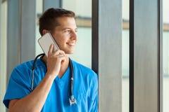 Мужской говорить медсестры стоковые изображения rf
