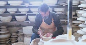 Мужской гончар отливая глину в форму 4k сток-видео