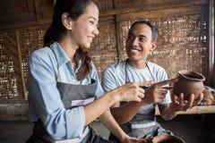 Мужской гончар помогая женскому гончару стоковое изображение rf