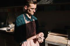 Мужской гончар работает с глиной Рука человека создавая керамический продукт стоковое фото