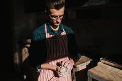 Мужской гончар работает с глиной Рука человека создавая керамический продукт стоковое изображение rf