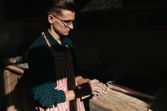 Мужской гончар работает с глиной Рука человека создавая керамический продукт стоковая фотография rf