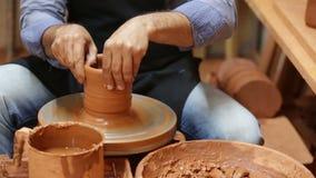 Мужской гончар работая с глиной акции видеоматериалы