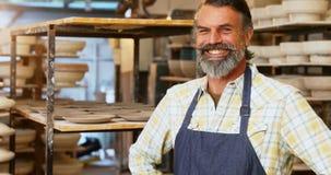 Мужской гончар стоя с руками на бедре 4k сток-видео