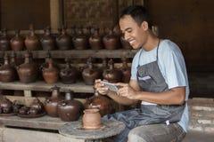 Мужской гончар фотографируя его продукт в мастерской гончарни стоковые изображения