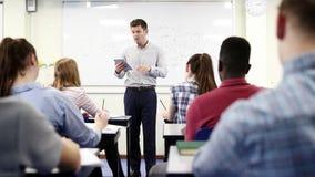 Мужской гувернер средней школы на Whiteboard с классом науки таблетки цифров уча