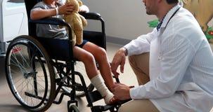 Мужской доктор взаимодействуя с пациентом ребенка в палате сток-видео