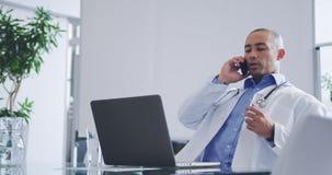 Мужской доктор говоря на мобильном телефоне 4k сток-видео