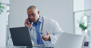 Мужской доктор говоря на мобильном телефоне 4k видеоматериал