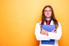 Мужской доктор держа доску сзажимом для бумаги с перекрестными руками стоковые изображения rf