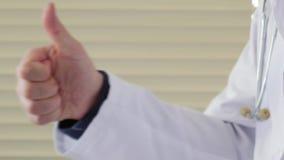 Мужской доктор показывая большие пальцы руки вверх сток-видео