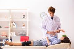 Мужской доктор проверяя совместную гибкость с угломером стоковая фотография
