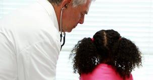 Мужской доктор рассматривая пациента сток-видео