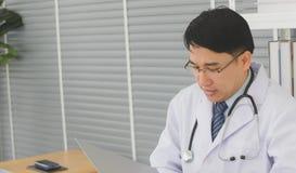 Мужской доктор сидит на кресло-коляске стоковое фото